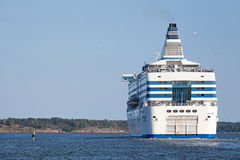 Voiles de ferry de Silja Line de port de Helsinki Image libre de droits
