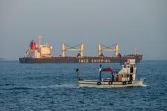 Voiles de grand et petit bateau dans le Bosphore Image libre de droits