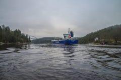 Voiles de routes de système mv Lysvik hors de Ringdalsfjord Images stock