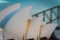 Voiles de Sydney Opera House avec le pont de port Images stock