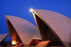 Voiles de théatre de l'$opéra de Sydney à la première lumière. photographie stock