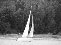 Voiles de yacht sur la rivière d'Angara Photographie stock