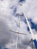 Voiles et mât d'un bateau à voile moderne Photographie stock libre de droits