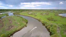 Voiles ultra-rapides de canot automobile sur la vue aérienne de lac calme d'enroulement banque de vidéos