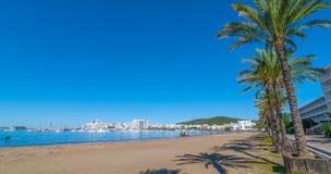 Voilier abandonné sur la plage Les rangées de la ligne de palmiers arrosent le bord du ` s dans Ibiza, St Antoni de Portmany Bale Photographie stock