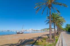Voilier abandonné sur la plage Les rangées de la ligne de palmiers arrosent le bord du ` s dans Ibiza, St Antoni de Portmany Bale Photo stock