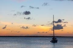 Voilier au coucher du soleil Image libre de droits