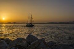 Voilier au coucher du soleil dans la marina d'Alimos à Athènes, Grèce photo stock