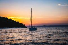 Voilier aux voiles Luka, ula de  de KorÄ pendant le coucher du soleil Image libre de droits