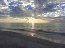 Voilier d'océan au coucher du soleil image stock