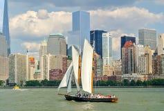 Voilier dans la baie de New York Images libres de droits