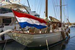 Voilier dans le port de Saint Tropez images libres de droits
