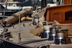 Voilier dans le port de Saint Tropez photo libre de droits