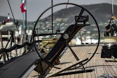 Voilier dans le port de Saint Tropez images stock
