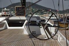 Voilier dans le port de Saint Tropez image libre de droits