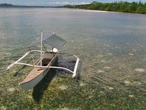 Voilier dans une baie avec des coraux sur les Philippines photos stock