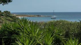 Voilier de baie de Vatsa à l'arrière-plan, Kefalonia Grèce images stock