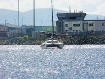 Voilier de catamaran attach? dans la baie photo libre de droits