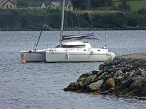 Voilier de catamaran attach? dans la baie photos stock