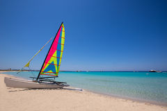 Voilier de catamaran en plage d'Illetes de Formentera Images stock