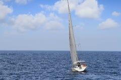 Voilier de sloop sur une mer tranquille en eaux libres Photographie stock