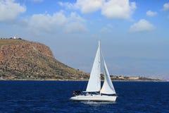 Voilier de sloop sur une mer tranquille en eaux libres Images stock