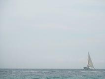Voilier en mer bleue avec le fond de ciel de nuages en Thaïlande Moments de détente dans le voyage de saisons d'été Images stock