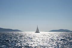 Voilier entre deux îles en Croatie Photos libres de droits