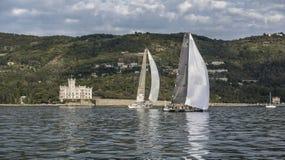 Voilier pendant un chemin dans le Golfe de Trieste photos libres de droits