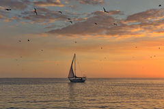 Voilier sur la mer tranquille image stock