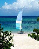 Voilier sur la plage au Cuba Photo stock