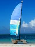 Voilier sur la plage au Cuba Image stock