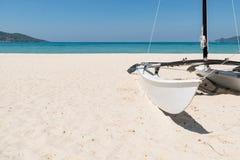 Voilier sur la plage blanche de sable en ciel bleu d'espace libre d'été Image libre de droits