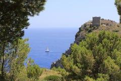 Voilier, vue du chemin de la baie d'Ieranto, Massa Lubrense, Italie images stock