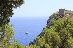 Voilier, vue du chemin de la baie d'Ieranto, Massa Lubrense, Italie photos stock