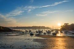 Voiliers à marée basse et coucher du soleil sur la plage de St Briac près de St Malo, Brittany France Photos stock