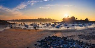 Voiliers à marée basse et coucher du soleil sur la plage de St Briac près de St Malo, Brittany France Photo libre de droits