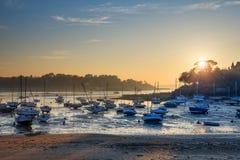 Voiliers à marée basse et coucher du soleil sur la plage de St Briac près de St Malo, la Bretagne, France Photographie stock