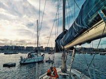 voiliers attendant à l'ancrage l'ARC 2018 de régate de course de croisement de l'Océan Atlantique images stock