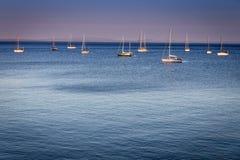 Voiliers dans la côte Portugal de Cascais et d'Estoril image stock