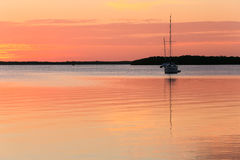 Voiliers dans le coucher du soleil Photographie stock libre de droits