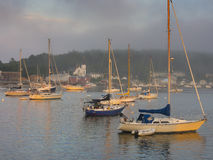 Voiliers dans le port au coucher du soleil Photographie stock