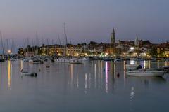 Voiliers dans le port d'Isola Petite ville et sa marina, situées dans la Slovénie du sud-ouest sur la côte adriatique image libre de droits