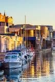 Voiliers dans le port de Zadar au coucher du soleil Images libres de droits