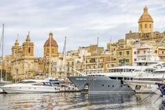 Voiliers de marina de yacht et architecture maltaise photos stock