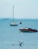 Voiliers et mouettes dans la baie de Bourgas Image stock