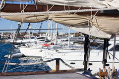 Voiliers et yachts ancrés dans Vodice, Croatie Photos libres de droits