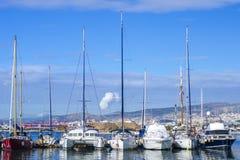 Voiliers se garants dans le port sur le fond de la ville d'Athènes, Grèce image stock