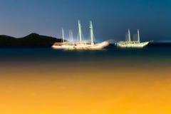Voiliers troubles dans la nuit de crépuscule de coucher du soleil Photographie stock