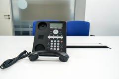 Voip在桌上的IP电话在管理会议的会议室里 免版税库存照片